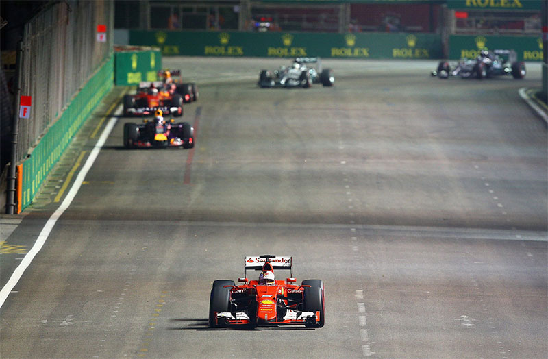 Sebastian Vettel pulls a lead out on the field at the 2015 Singapore F1 Grand Prix.