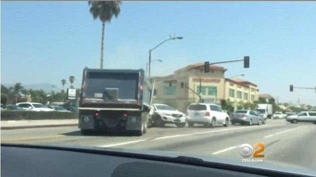 南カリフォルニア州の路上で、暴走ダンプトラックが次々と乗用車に衝突!