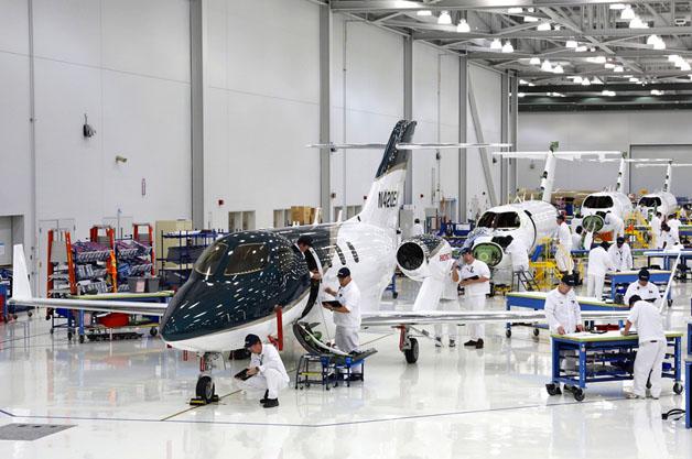 ホンダが小型ビジネスジェット機「HondaJet」の量産1号機をついに公開