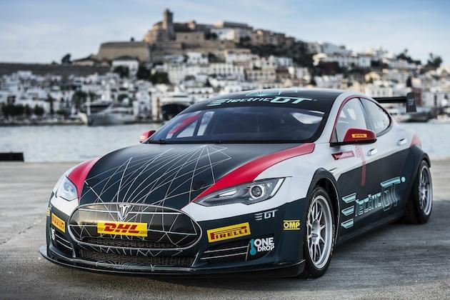 美人レーサーとして知られるレイラーニ・ミュンターが、新たな電気自動車レース・シリーズにテスラで参戦!
