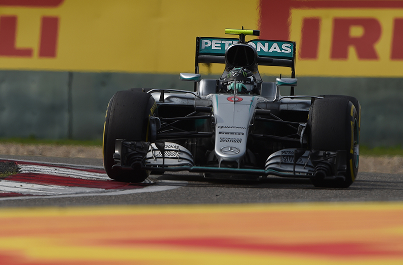 Nico Rosberg leads the 2016 Chinese F1 Grand Prix.