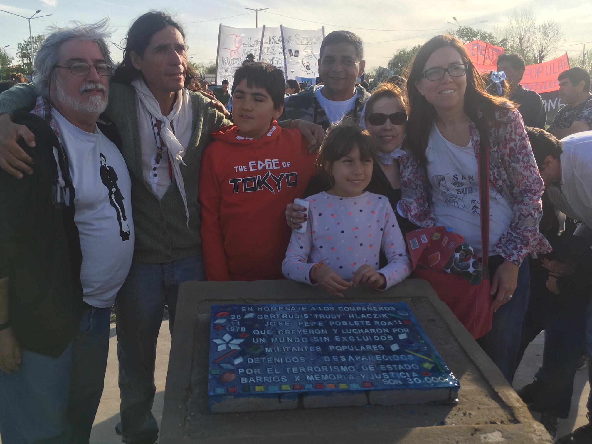Buscarita Roa junto a su nieta Claudia Victoria, y su bisnieta, en la colocación de una placa en Guernica,...