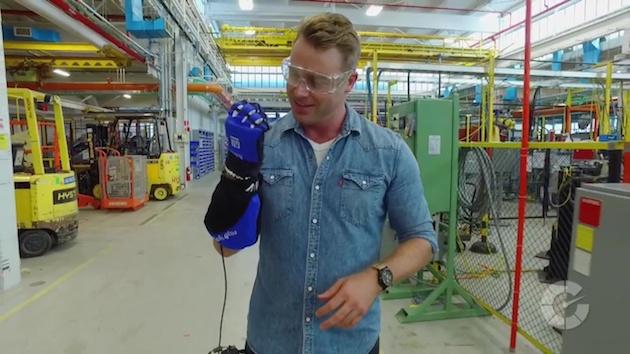 【ビデオ】GMのテクニカルセンターに潜入!VRにロボットグローブ、意外な先端技術の活用法とは?