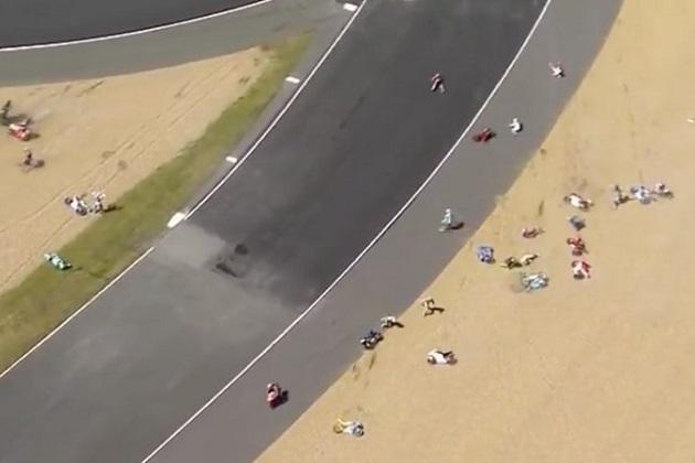 【ビデオ】Moto3のレース中、コースに流出したオイルで約半数のマシンが次々と転倒!