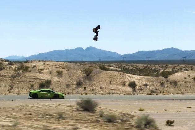 【ビデオ】フランスの発明家、空飛ぶホバーボードでランボルギーニを追い越す!