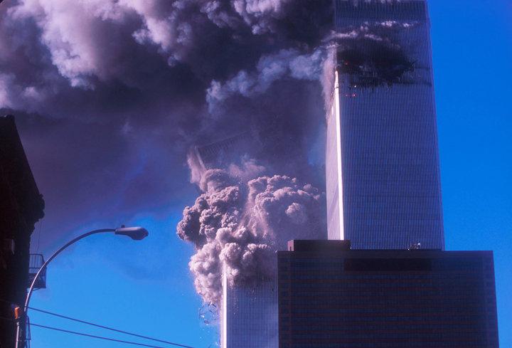 La torre sur del World Trade Center se derrumbó, matando a por lo menos 600