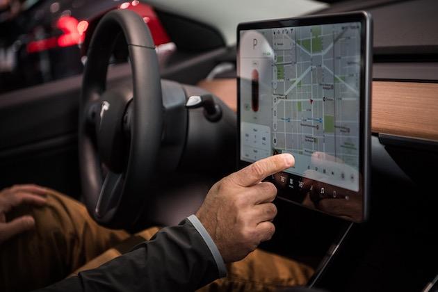 テスラの運転席で「ポールポジション」などのゲームが間もなくプレイ可能に! ステアリングをそのままコントローラーとして利用!?