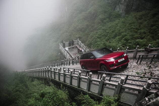 【ビデオ】ランドローバー「レンジローバー スポーツ PHEV」が、中国の天門洞を目指し999段の石段を駆け上がる!