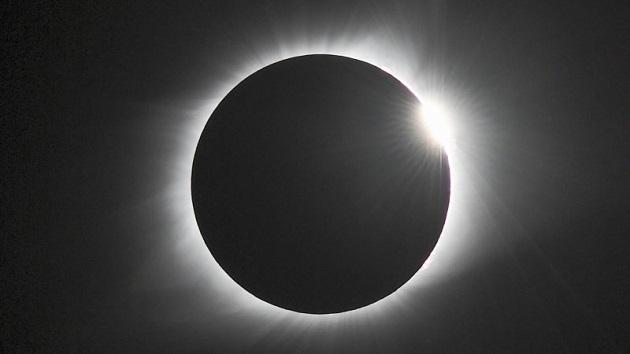 皆既日食を見上げていた自動車窃盗犯、警官に気づかず捕まる