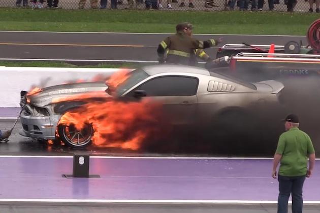 【ビデオ】「マスタング GT」がドラッグレース場で大炎上!