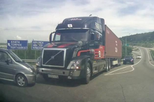 【ビデオ】あわや大事故! ボルボの大型トラックが急ブレーキ