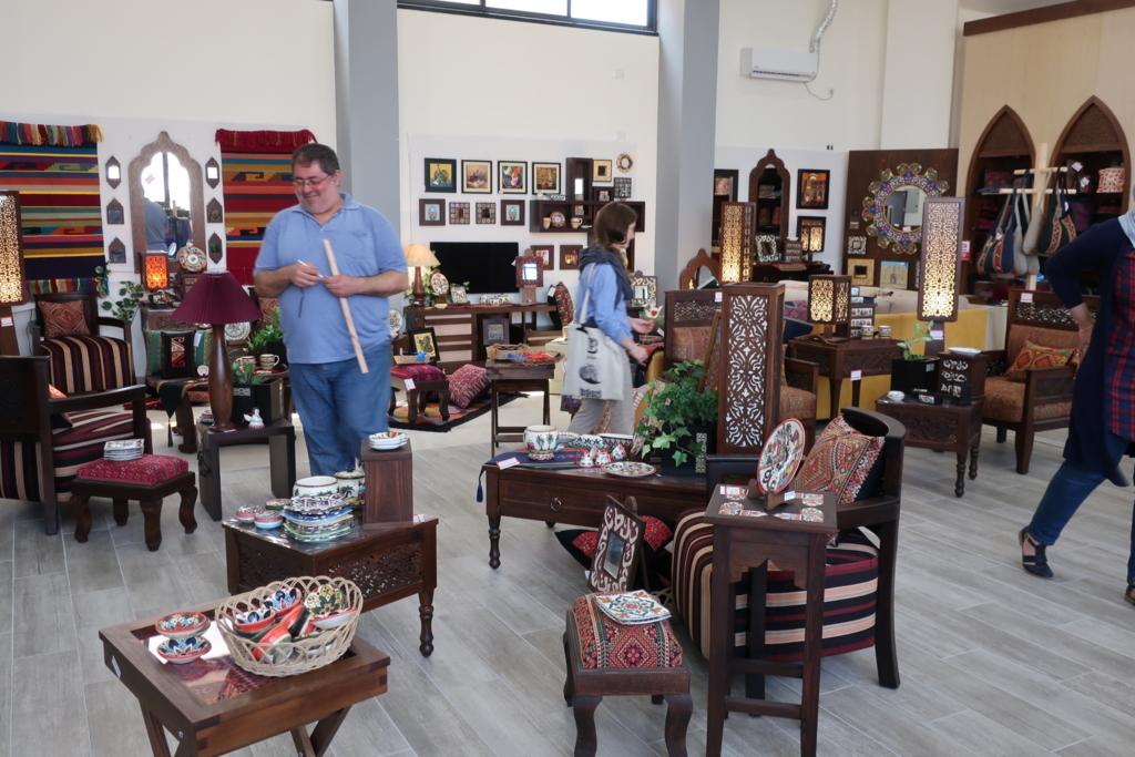 アトファルナの作品は併設された売店で購入できる