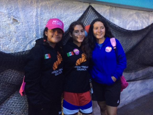 Niñas triquis en el Acuario Inbursa de Ciudad de México, el 13 de agosto de