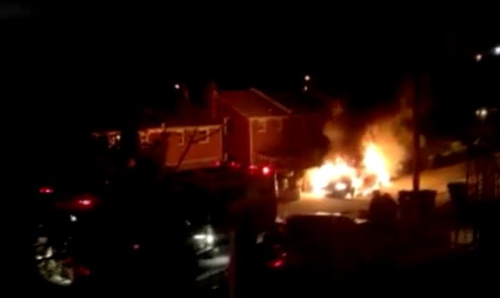 La voiture en feu derrière la rue Adrian à Washington,