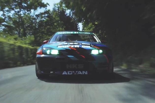 【4Kビデオ】HKSがチューンした新旧2台の日産「GT-R」が、緑の中を疾走する!