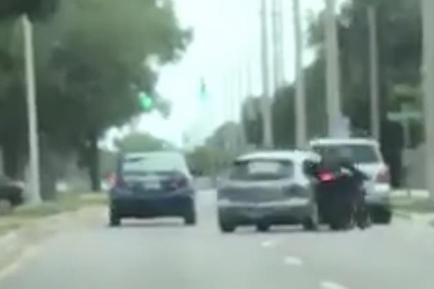 【衝撃映像】路上で口論となった乗用車のドライバーが、相手のオートバイにクルマで体当たり!