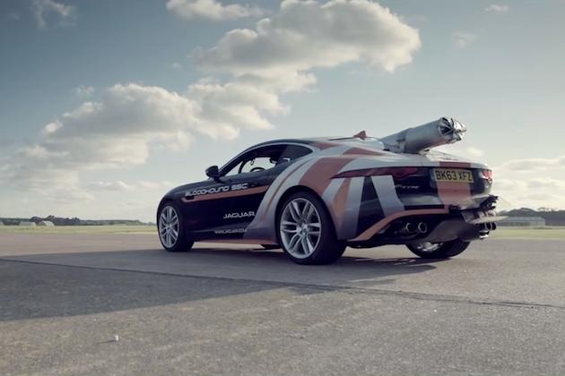 【ビデオ】ジャガー「Fタイプ R」が300km/hで走行中にパラシュートを展開!