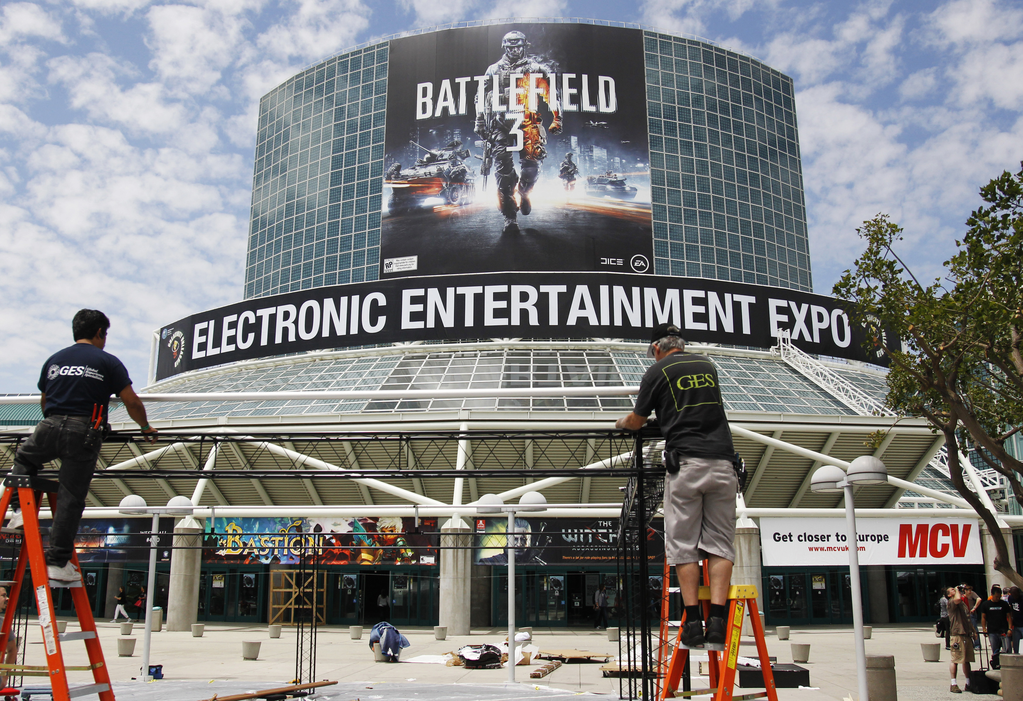 Preparations continue outside of the Los Angeles Convention Center ahead of the Electronic Entertainment Expo or E3 in Los Angeles June 5, 2011. REUTERS/Danny Moloshok (UNITED STATES - Tags: BUSINESS SOCIETY)