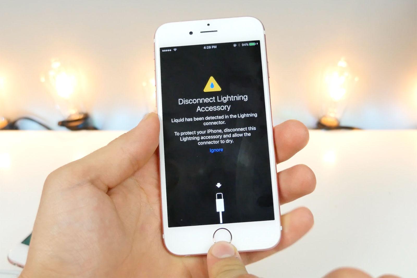 the best attitude 2cffb 2d818 iOS 10 warns when your Lightning port gets wet