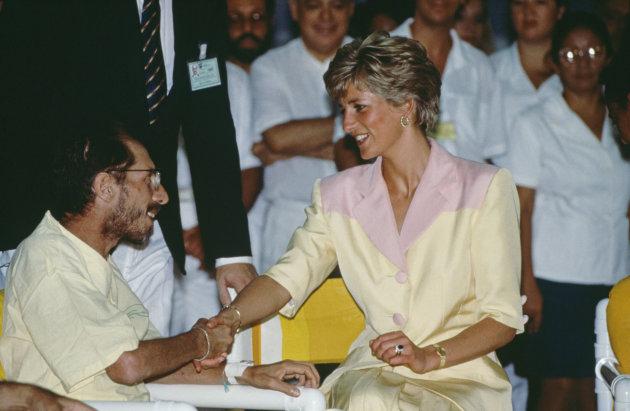 La Princesse Diana visite des patients atteints du SIDA dans un hôpital de Rio de Janeiro en avril