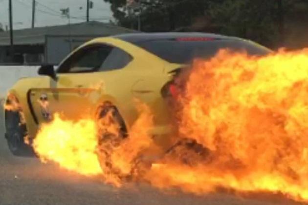 190km/hで走行中に突然火を噴き始めたフォード「シェルビー GT350 マスタング」
