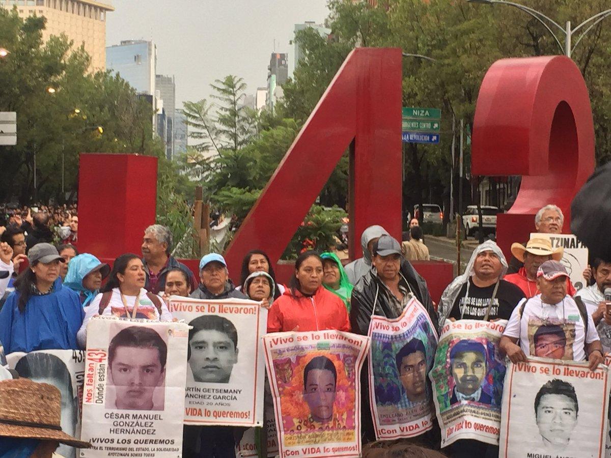 Los padres se detienen en el monumento a los 43 estudiantes normalistas desaparecidos para hacer el pase...