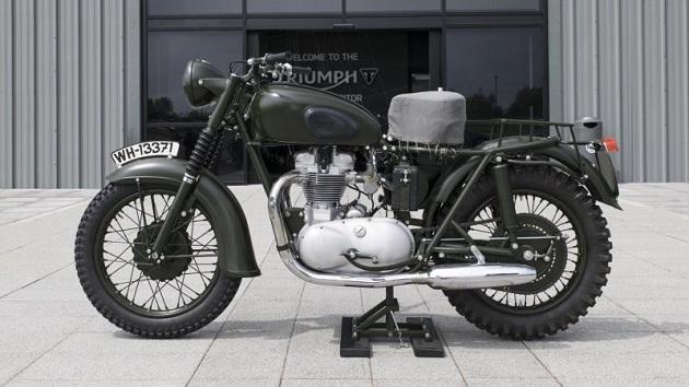 映画『大脱走』でスティーブ・マックィーンが乗ったトライアンフの伝説的なオートバイが、英国ブレナム宮殿のイベントで展示