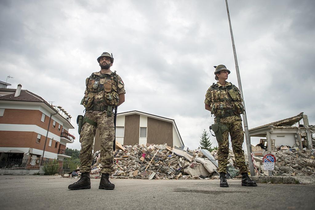 Un momento dell'operazione 'Strade Sicure' e antisciacallaggio dell'esercito nel comune di Amatrice,...
