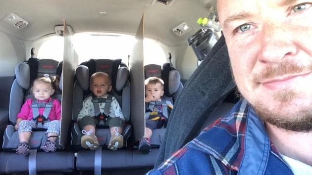 車内の後部座席でケンカが絶えない三つ子に悩んだ父親が、画期的なアイデアで問題を解決!