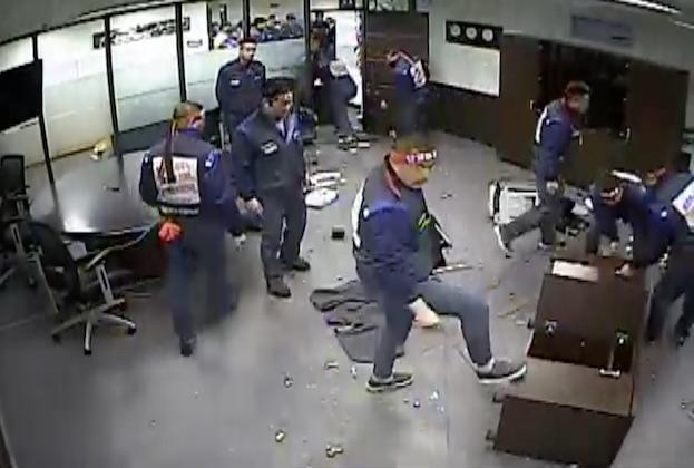 【ビデオ】韓国GMの労働組合員、ボーナス不支給に怒りCEOのオフィスを荒らす!