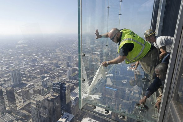 Glass cracks on Chicago's Willis tower viewing platform 1353ft up