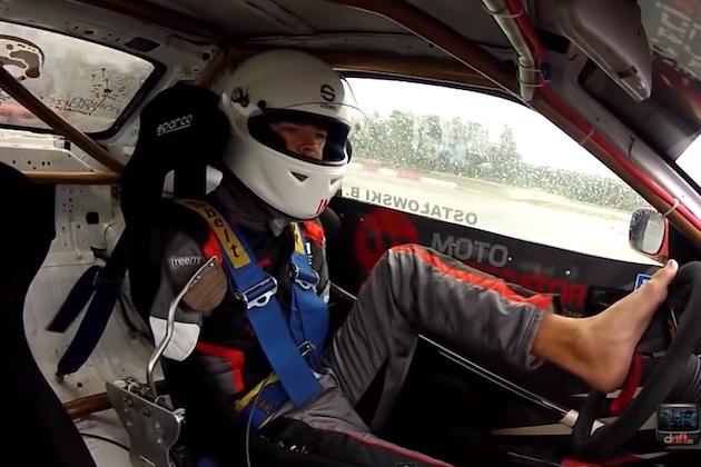 【ビデオ】両腕を失ったプロドライバーが、足だけで日産「スカイライン」を操り華麗なドリフトを披露!