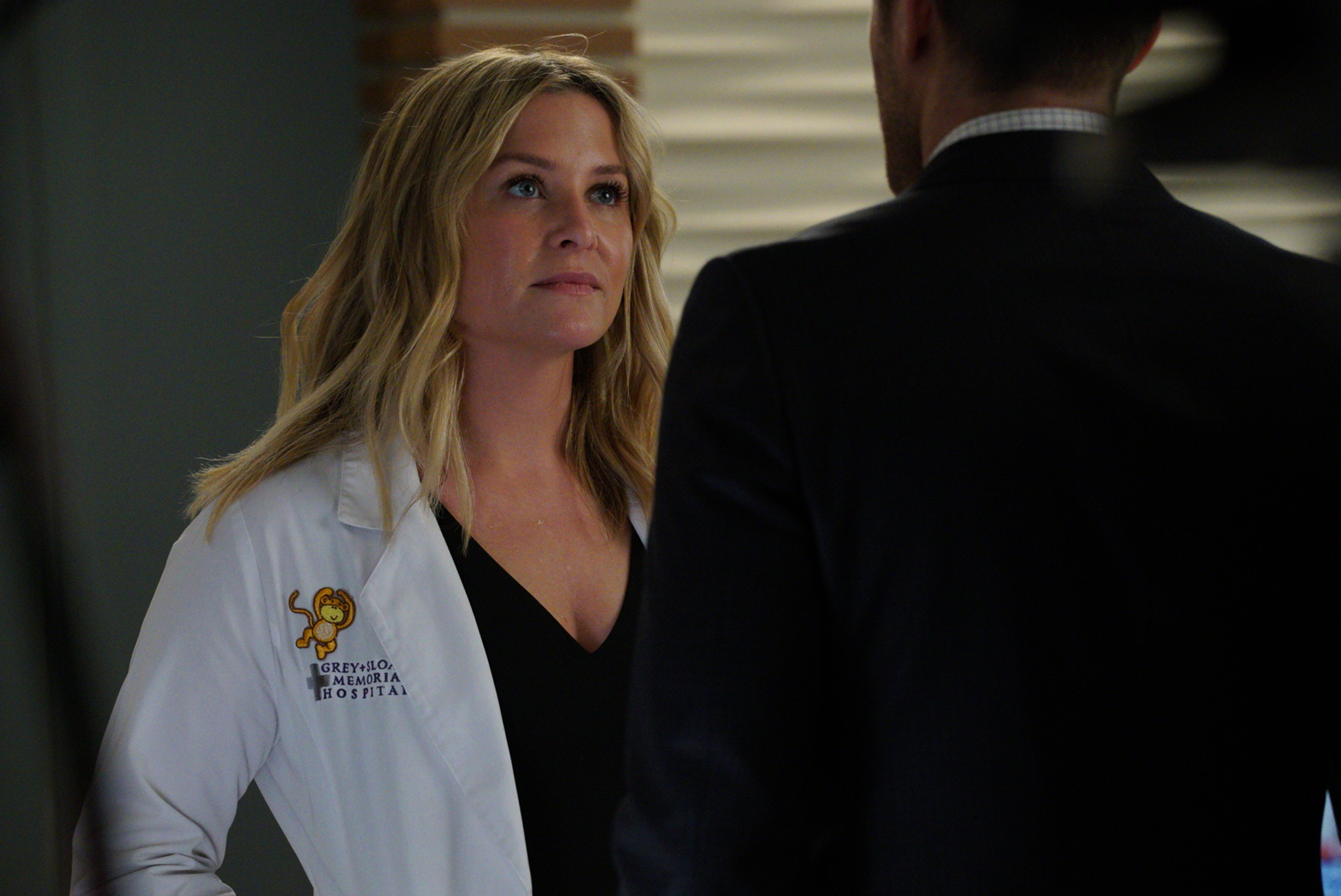 """GREY'S ANATOMY - """"Four Seasons in One Day"""" - Jo finally faces her estranged, abusive husband Paul Stadler, while Grey Sloan continues to work with the FBI after a hacker has compromised the hospital's computer system, on the midseason return of """"Grey's Anatomy,"""" THURSDAY, JAN. 18 (8:00-9:00 p.m. EST), on The ABC Television Network. (ABC/Richard Cartwright)JESSICA CAPSHAW"""