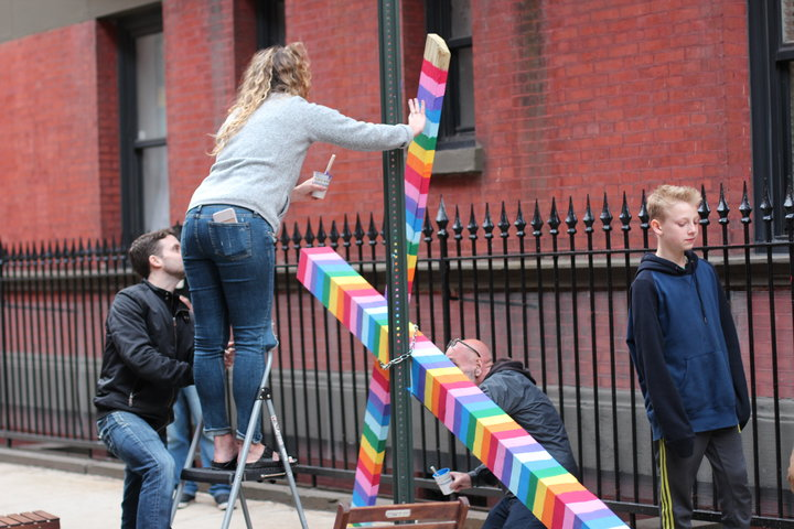 Les habitants de cette rue new-yorkaise ont fait de cette croix enchaînée à leur porte le plus beau des