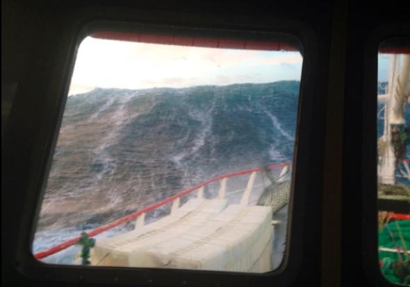 Fisherman tweets terrifying picture of huge wave in North Sea
