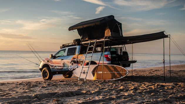 【ビデオ】パドルボードに釣り竿、テントから太陽光発電シャワーまで備えた日産「タイタン サーフキャンプ」は、車輪のついたビーチ・ハウス!