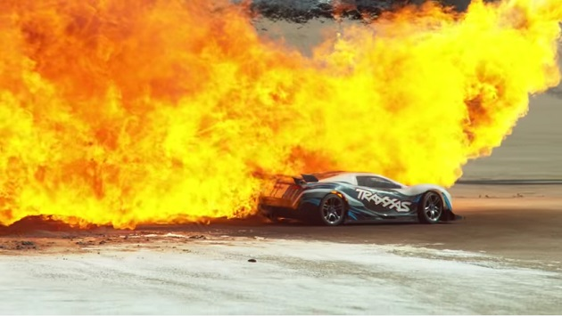 【ビデオ】160km/hという高速で走るRCカーのスタントをスーパースローで楽しめる映像!