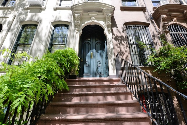 breakfast at tiffanys brownstone entrance