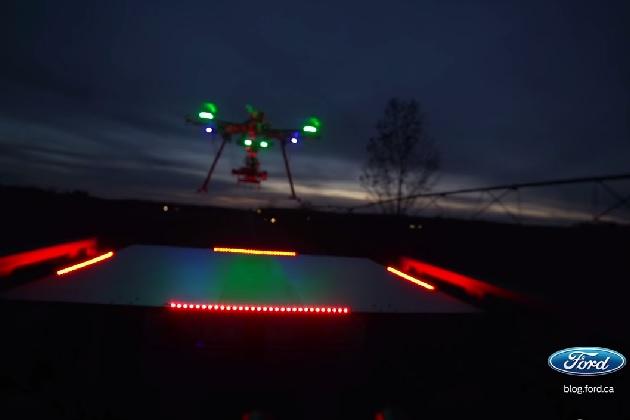【ビデオ】夜道を走る新型フォード「F-150」の荷台に、ドローンを着地させるスタント