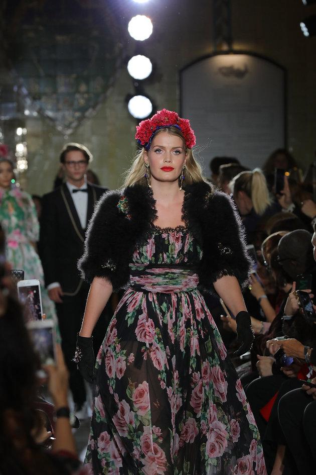 Lady Kitty Spencer au défilé de Noël de Dolce & Gabbana à Harrods le 2 novembre 2017 à