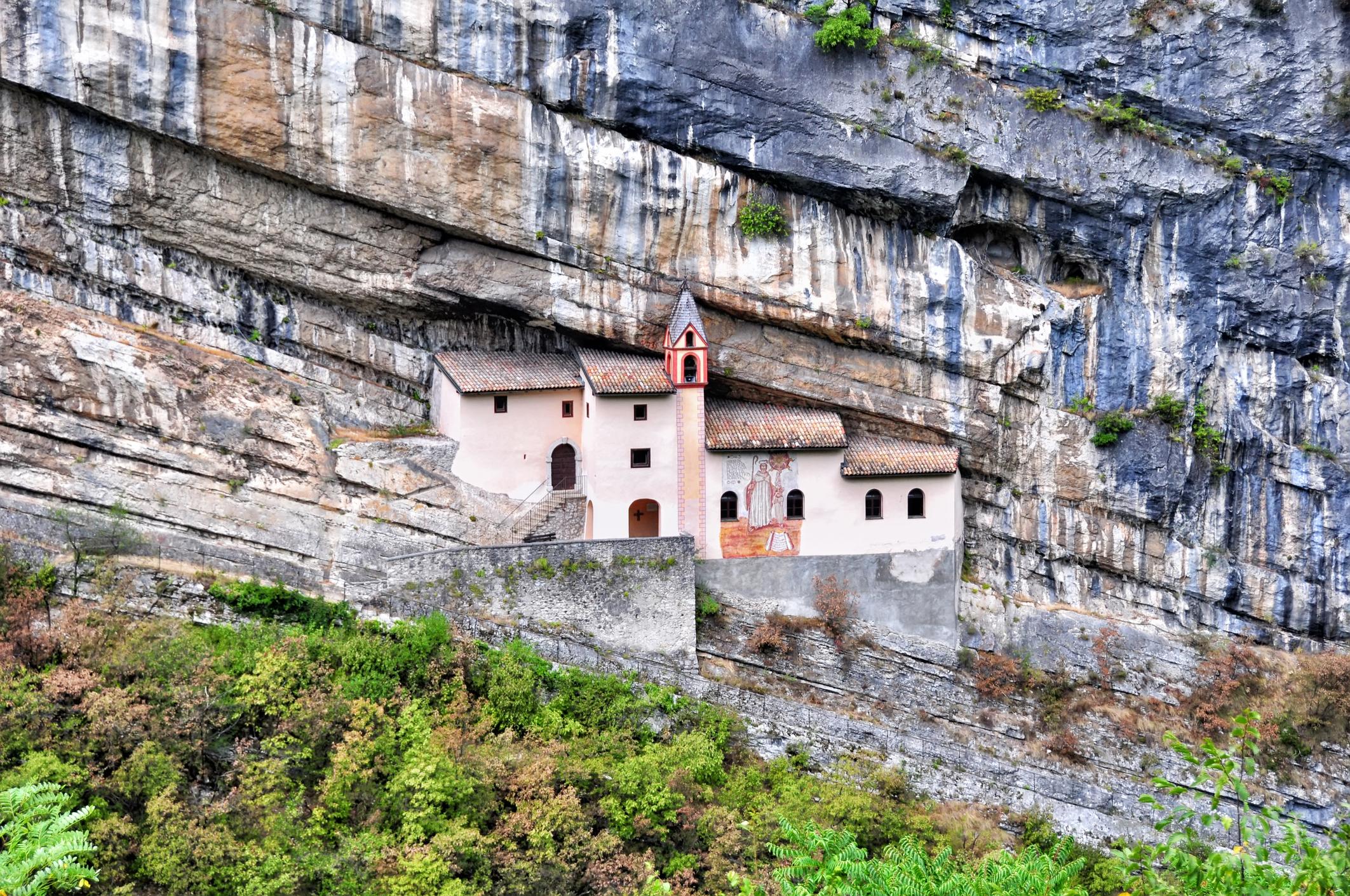 Le 20 chiese nella roccia pi belle d 39 italia secondo for 3 case di storia in california