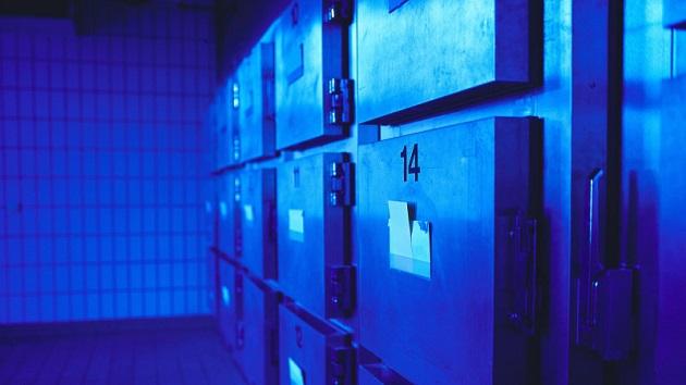 玉突き事故で死亡を確認された女性が、遺体安置所の冷蔵庫で息をしているところを発見される
