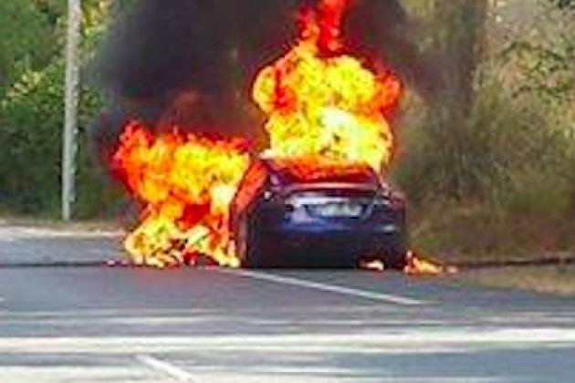 テスラ「モデルS」がフランスでテスト走行中に炎上!
