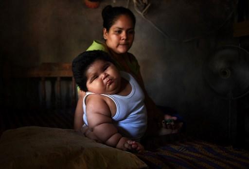 Luisito y su madre Isabel Pantoja, de 24 años de edad, son fotografiados en su casa en Tecomán, Colima,...