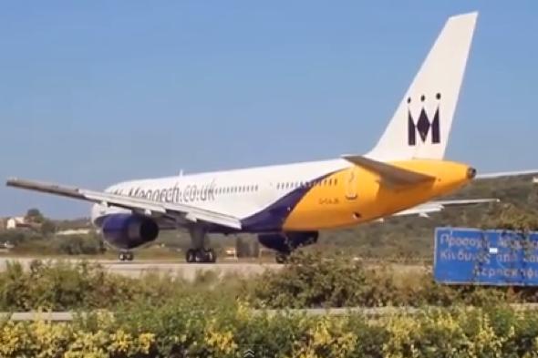 Jet engine blast shatters car boot (video)