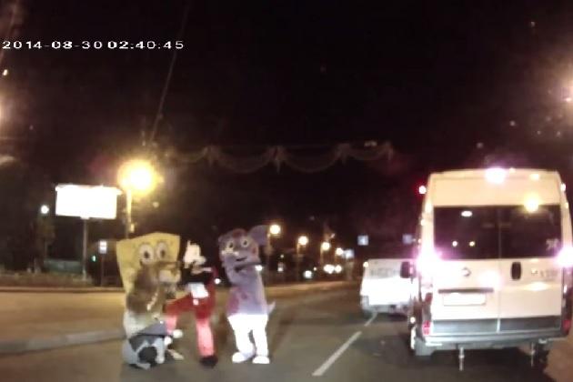 【ビデオ】人気キャラクターたちが接触相手のドライバーを袋叩きに!