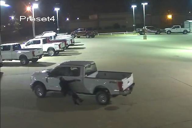 【監視カメラ映像】ドジな泥棒がクルマを盗もうとしたら、まるでコントのような状況に...