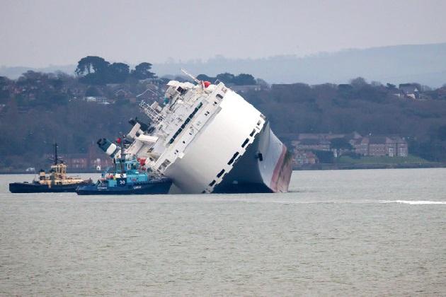 ジャガーやランドローバーなど高級車を積んだ大型貨物船が座礁