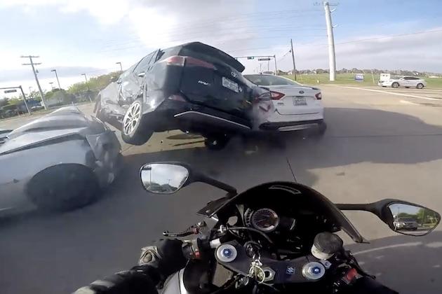 【ビデオ】オートバイで走行中、前方のクルマが横から追突されてクラッシュ! 危機一髪で助かったバイカーのカメラ映像