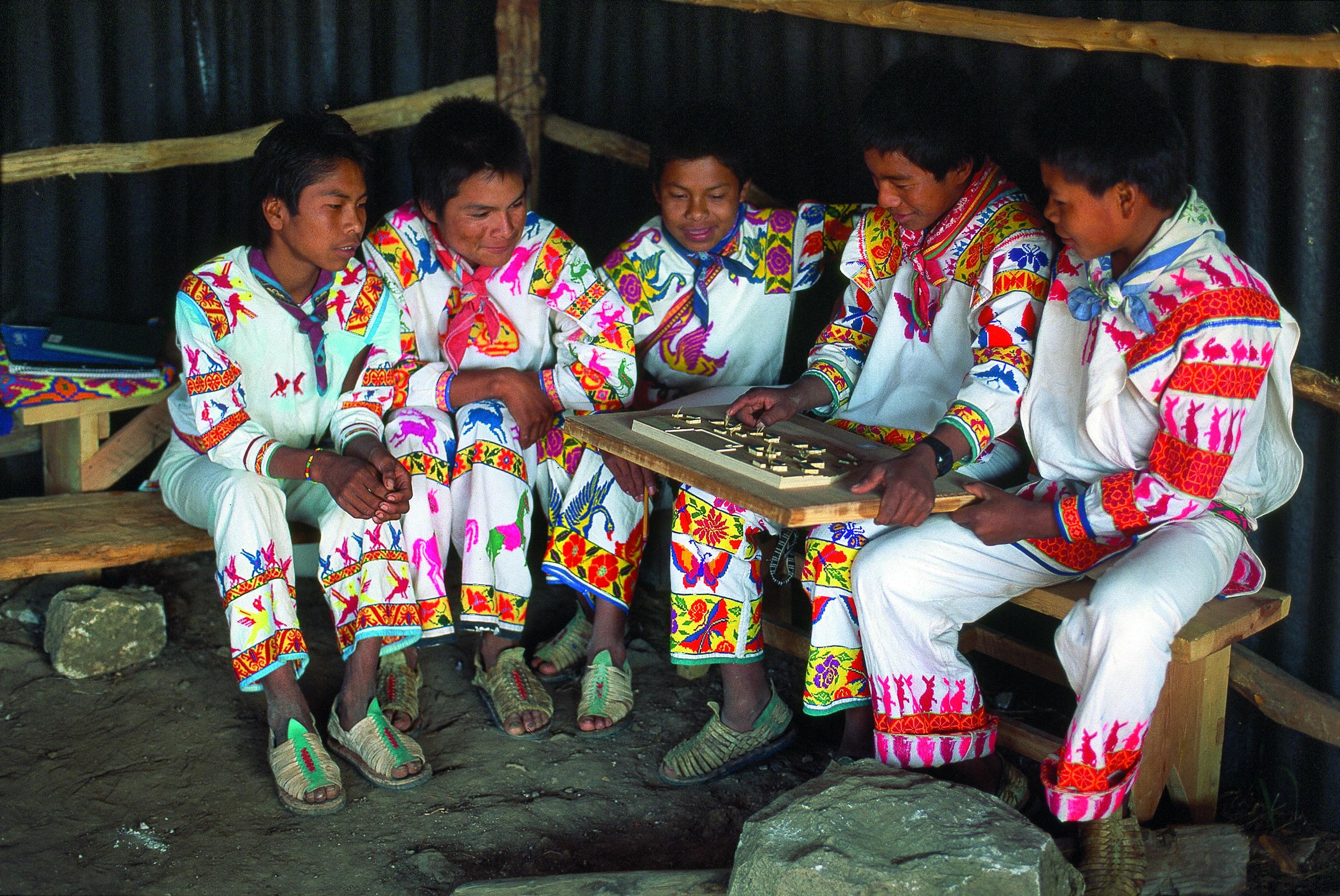 Niños con la maqueta de la escuela secundaria en San Miguel Huaixtita, un pequeño pueblo huichol en